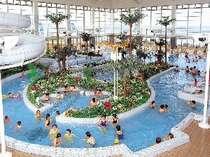 屋内プールは70mのドラゴンスライダーや25mプールもあります。