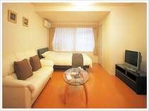 【洋室シングル】ソファー付の広いお部屋でまったり寛いで。