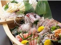日本海の幸を満載した舟盛 季節にあわせて旬の食材を使っての舟盛