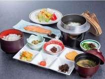 朝食ごはんのおかず6点プレート、焼き魚、サラダ、もずく雑炊、ご飯、味噌汁
