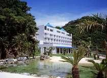 山羊島ホテルの憩いの場、海水池。熱帯魚と滝の清流が心を和ませます。