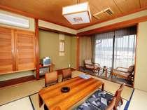 和室8畳(トイレ・応接付)すべてのお部屋から諏訪湖がご覧になれます。