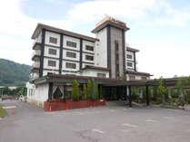 *外観/無料駐車場50台完備、飲食店などの立ち並ぶ二戸の中心街にあるホテル♪
