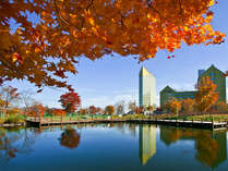 蒼い空、鮮やかな紅葉にレモンイエローが映えるホテル安比グランド