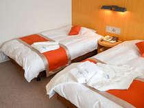 ベッド幅120cmのセミダブルベッド、今治タオル、POLA アロマエッセゴールドシリーズを備付。