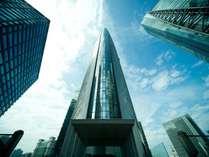 25~34階の高層階がパークホテル東京。特徴的なトライアングルの外観