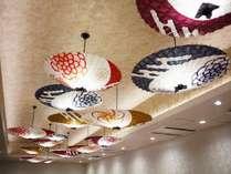 【朝食会場】日本を代表する花柄をイメージした和傘。