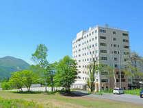 夏はまぶしい新緑に包まれるホテル。グリーンリゾート竜王へ。