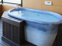 お部屋に付いている露天風呂です。こちらは信楽焼になります。