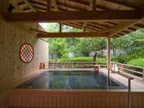 本館「千の杜」の大浴場には天然温泉の露天風呂をご準備しております。