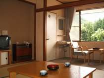 お部屋はシンプルな和室タイプ(南側8畳間一例)。山里を吹き抜ける風も気持ちいい