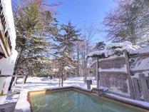 *冬の雪見露天風呂(男湯)/しんしんと空から舞い降りる雪