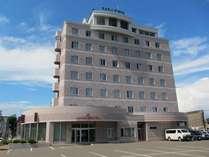 【外観】釧路駅徒歩5分。当館正面には、50台駐車可能な平面駐車場(無料)がございます。