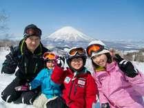【冬ルスツ】家族旅行で思い出いっぱい笑顔いっぱい♪ゲレンデ山頂から望む絶景も冬ルスツの魅力です。