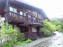 北アルプスに囲まれた新穂高温泉・中尾高原に建つ、癒しの山荘風宿