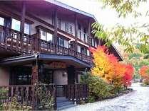 ぐるり360度北アルプスに囲まれた中尾高原に建つ。紅葉露天は無料のの貸切露天で楽しんで