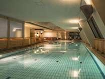 全身を開放する天空のプール。25m×4コースのプールを満喫した後は、ジャグジーで癒されてください。