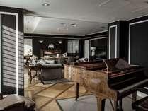 ロイヤルスイート(143㎡)グランドピアノ、ダイニングテーブルを配した最上級スイート。