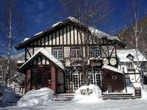 冬は薪ストーブ燃える館内から雪景色をご覧いただけます。ゲレンデまで徒歩7分、お車で3分!