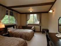 落ち着いた雰囲気のツインルーム。バス・トイレ付床暖房。3名様もご利用可能