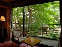禁煙和洋室は中庭に面しています。ベッドルームからテラスに出られ、気持ちよい庭の空気を吸い込めます。