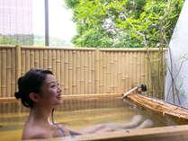 ゆったりとした広さの客室専用露天風呂で癒しの湯浴みタイム!