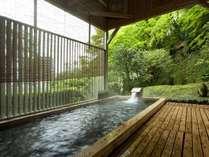 【風呂/露天風呂】檜の香りと緑に包まれて癒しのひと時を。