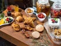 全国の提携パートナーより厳選された食材を使用した、体にやさしい朝食をブッフェ形式でご用意