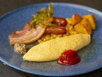 岩手県の契約農家から仕入れた卵で作るふわトロのオムレツ、美味しい厚切りベーコンと荒挽きソーセージ