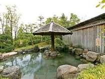 【男性露天風呂】広い空の下、開放的な緑に囲まれてゆったりお過ごしください。
