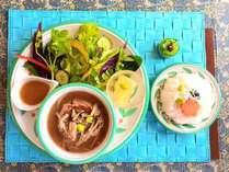 夕食<きまぐれプレート>+島野菜のサラダ、日替わりスープ、ドリンク(アルコール有)付