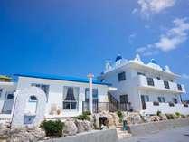 併設のレストラン「タソス」同様、白と青を基調とした外観は天気が良い日にはより映えます♪