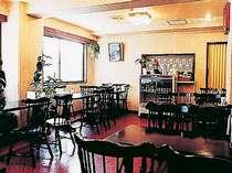 館内にある明るい雰囲気のレストラン。朝は6:30~9:30、夜は18:00~21:30