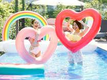 キュートなハート型浮き輪とパチリ♪夏満喫の思い出写真を撮りまくろう!