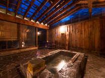 離れにある岩風呂。草津万代鉱源泉100%掛け流しの入浴をお楽しみ下さい。