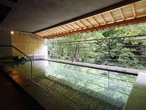 利根川のせせらぎを聴く人気の露天風呂