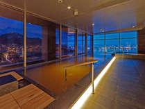【大浴場】落ち着きのある照明で心身ともにリラックスできる内風呂。
