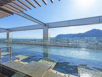 【大浴場】開放感あふれる天空露天風呂。心地よい風を感じながら、癒しのひとときを…。