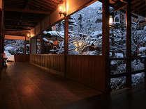 雪の少ない別所温泉。運が良ければ、雪見の庭園や露天風呂を楽しめるかも