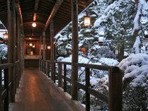 渡り廊下だけでつながる離れで おふたりだけのクリスマス