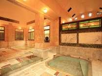 大正浪漫を感じるステンドグラスからこぼれる光も美しい、大理石造りの内風呂
