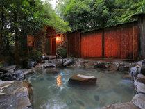 降るような満天の星空のもと、温泉に浸る。露天風呂