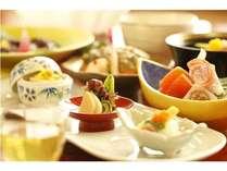 旬の食材をふんだんに使った会席料理。繊細なお料理とやさしい味付けに心が和みます。