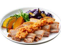 【TONTONフェスティバル♪夕食一例】樽前湧水豚の低温ローストポーク 温野菜添えフルーツソース