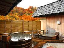 【初秋】原始林に面した露天風呂では、鮮やかに色づいた木々が望め、紅葉狩り気分も味わえます