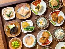【桜房一例】料理長お手製の「おばんざい」12品が卓上を彩ります。