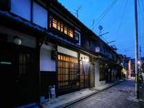 石畳に面した、風情溢れる京町家の貸切宿