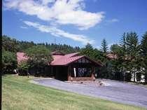 自然木の柱や梁が印象的な正面玄関、自然を満喫しながらゆっくりと時間を過ごすことのできるホテルです