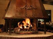 正面玄関を入ると、暖炉が皆さまをお出迎えいたします。