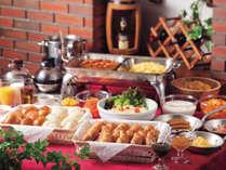 ★朝食は無料サービス♪パンやサラダ、ベーコン、ソーセージ、スクランブルエッグなど